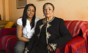 Margarita Restrepo y su hija, en su casa de Burgos. Foto: Mabel García
